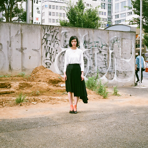 Cut&Sewn: COMME DES GARSONS / Skirt: MAISON MARTIN MARGERA / Shoes: MAISON MARTIN MARGERA