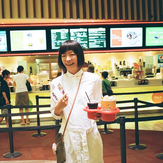 シャツドレス ¥10,900 (GAP)、スウェットパンツ ¥7,900 (GAP)、バック ¥4,900 (GAP)、その他本人私物