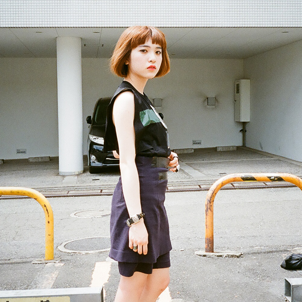 Cut&Sewn: TOGA / Skirt: TOGA / Shoes: TOGA
