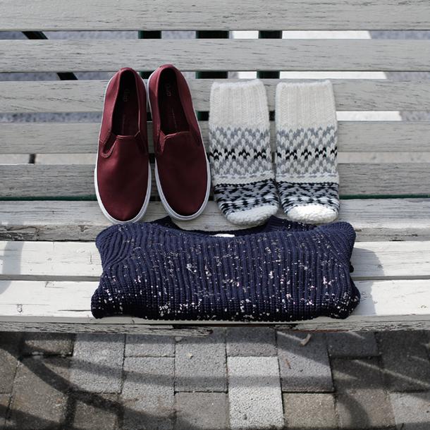 Sneakers: GAP (¥4,900) / Mitten: GAP (¥4,900) / Sweater: GAP (¥7,900)