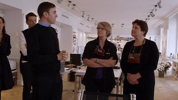 テーラード部門の職長モニク・バイイ (中央)、ドレス部門の職長フロランス・シュエ (右) とラフ・シモンズ | © CIM Productions