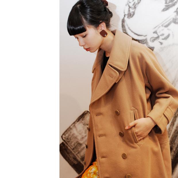 <ポイント>流行りのキャメルカラーのコートに、次の写真にあるようなシアタープロダクツらしいワイドパンツに合わせて。
