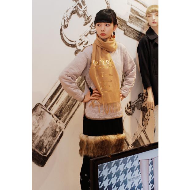 <ポイント>ゴールドのロゴプリントが光るカシミヤストールを主役に暖かな雰囲気を演出。