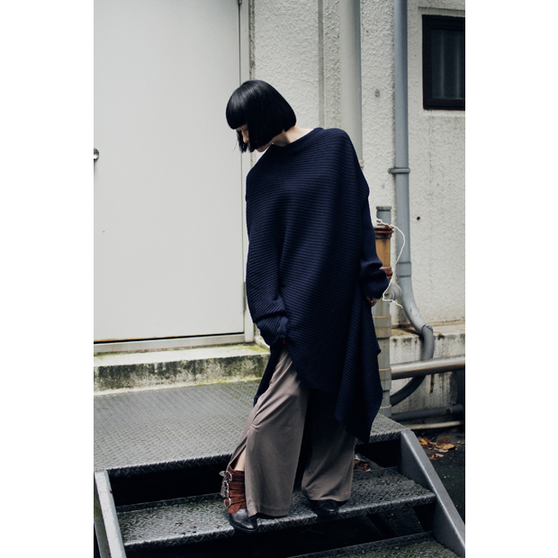 Knit Dress: MARQUES ALMEIDA (Sister) / Slit Pants: PEARL (Sister) / その他スタイリスト私物