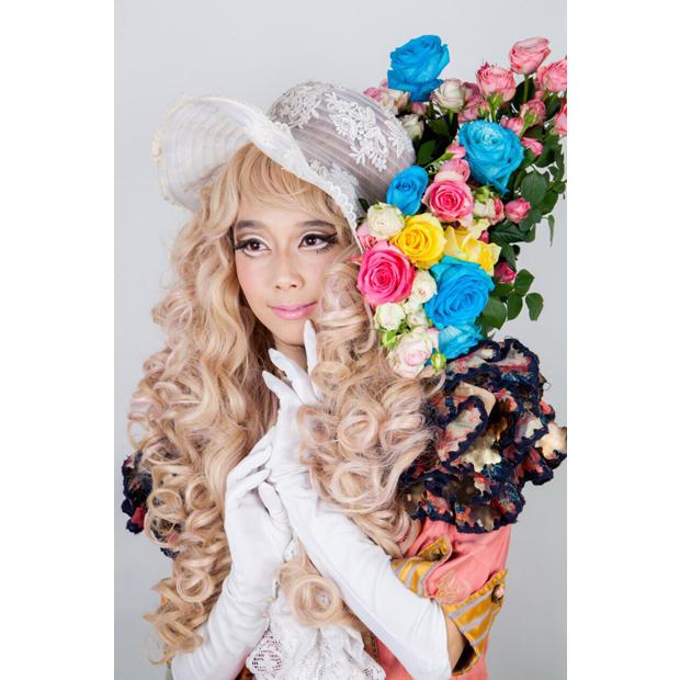 Photographer: Harumi Obama / Stylist: Koji Oyamada / Hair-make: Kaori Shinohara / Model: Colliu, Yuka / Flower: Megumi Shinozaki